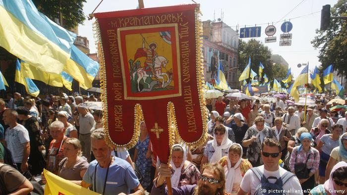 Ukrainian Orthodox believers attend a gathering in Kyiv (picture-alliance/Zuma/S. Glovny)