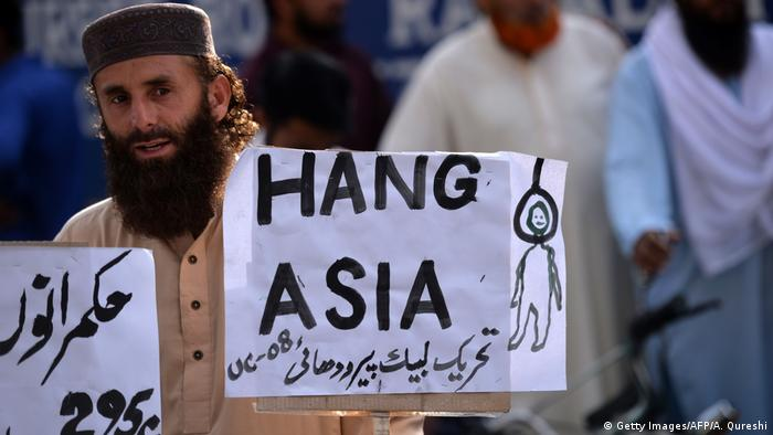 A supporter of Tehreek-e-Labaik Pakistan (TLP), a hardline religious political party holds a placard during a protest in Rawalpindi on October 12, 2018, demanding for hanging to a blasphemy convict Christian woman Asia Bibi