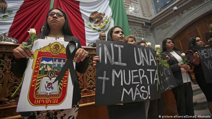 Foto de mujeres protestando por feminicidios