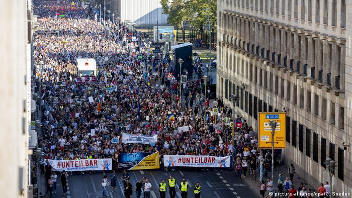 Berlin Unteilbar-Demonstration (picture-alliance/dpa/C. Soeder)