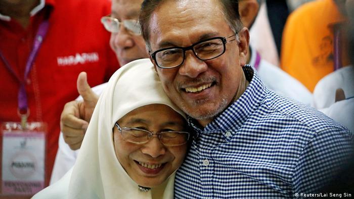 Anwar Ibraham celebrates with his wife