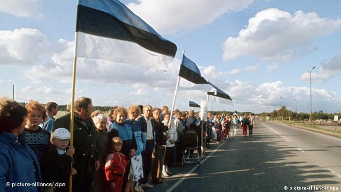 A human chain in Estonia along the road in 1989 (picture-alliance/ dpa)