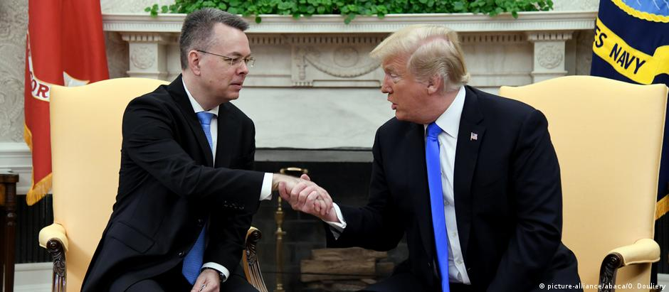 Trump negou que a soltura de Andrew Brunson (à esq.) tenha sido fruto de um acordo com a Turquia