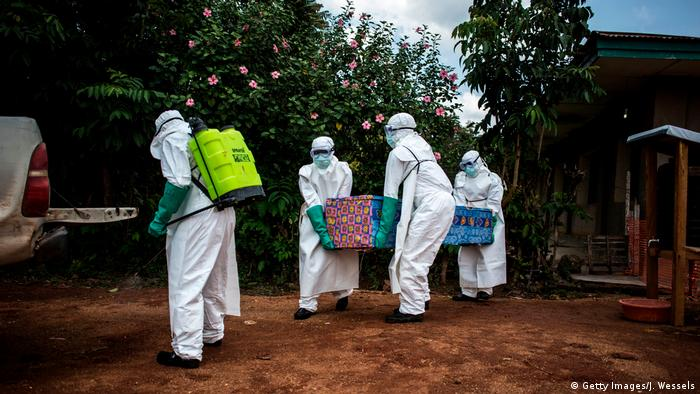 Health workers carry the body of a victim of Ebola (Getty Images/J. Wessels)