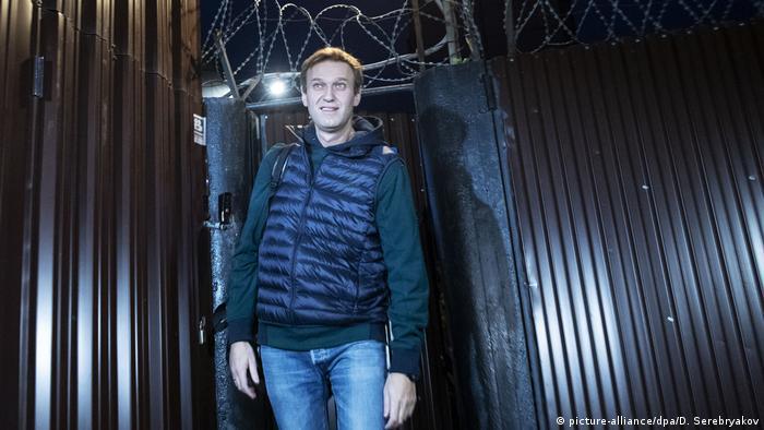 Oposicionista russo Alexei Navalny sai da prisão, ainda de madrugada