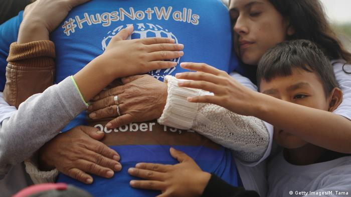 BdT | Hugs Not Walls-Event an der US-Mexiko-Grenze (Getty Images/M. Tama)