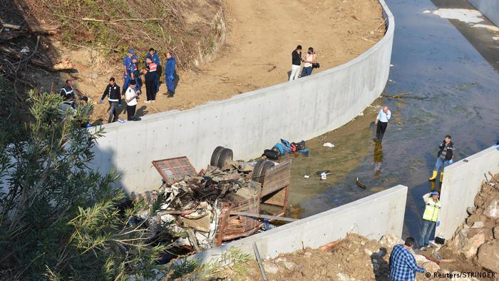 Вантажівка з мігрантами зірвалася з шосе та впала у канал