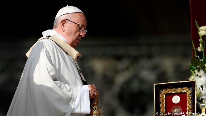 Foto do papa em missa no Vaticano