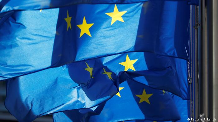 Brüssel EU-Flaggen vor Kommissions-Gebäude