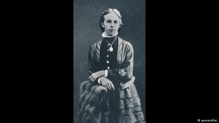 İsviçre'de kadınlar seçme ve seçilme hakkını Türkiye'den ancak 35 yıl sonra 1971 yılında alabildi. Fotoğrafta görülen İsviçreli Emilie Kempin-Spyri İsviçre'de kadın hakları için mücadele eden en önemli kadınlardan biri oldu. Ülkesinde hukuk fakültesinden mezun ilk kadın ve aynı zamanda ilk kadın akademisyen olan Kempin-Spyri'nin ölümünden 70 yıl sonra İsviçre kadınlara oy hakkını tanıdı.
