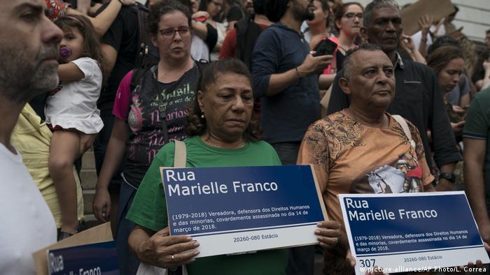 Mãe e pai de Marielle seguram placas de rua em homenagem à filha, em outubro de 2018