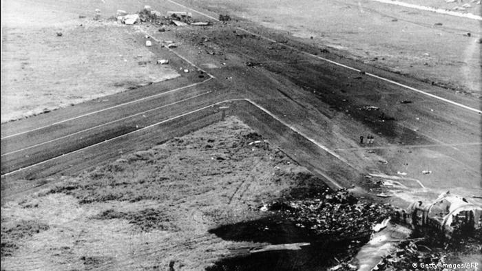 Foto aérea da pista onde ocorreu o choque, mostrando destroços da asa de um avião