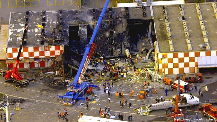 Italien 2001 in Mailand | 118 Tote bei Nebel-Kollision auf Startbahn (picture-alliance/dpa/Ansa)
