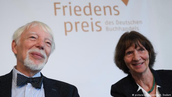 جایزه صلح ناشران آلمان در سال ۲۰۱۸ به آلیدا و یان آسمن، دو فرهنگشناس آلمانی، اعطا شد. آلیدا آسمن (راست در تصویر)، ادیب و فرهنگشناس، با پژوهشهایش در زمینه فرهنگ یادآوری و عدم فراموشی به شهرت رسیده است. همسر او، یان آسمن، به عنوان مصرشناس، آثاری آفریده که به درک کشمکشهای فرهنگی و مذهبی معاصر در سراسر دنیا کمک کرده است.