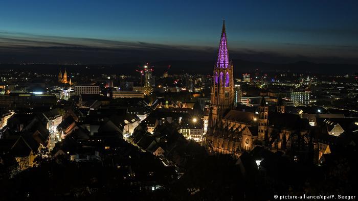 Световое шоу по случаю окончания ремонта колокольни Фрайбургского кафедрального собора (Freiburger Münster)