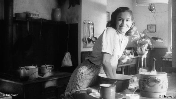 Marita Breuer knetet einen Teig in der Küche (Foto: Kinowelt)