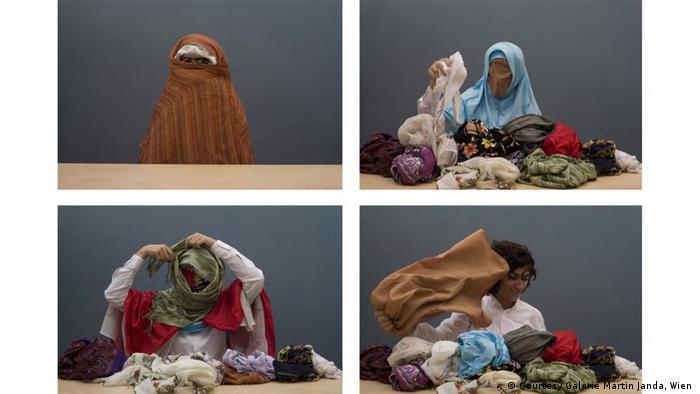 """Los velos de las mujeres musulmanas son a menudo criticados. Nilbar Güres retoma dicho tema en su videoinstalación de seis minutos """"Soyunma/ndressing"""" (2006)."""