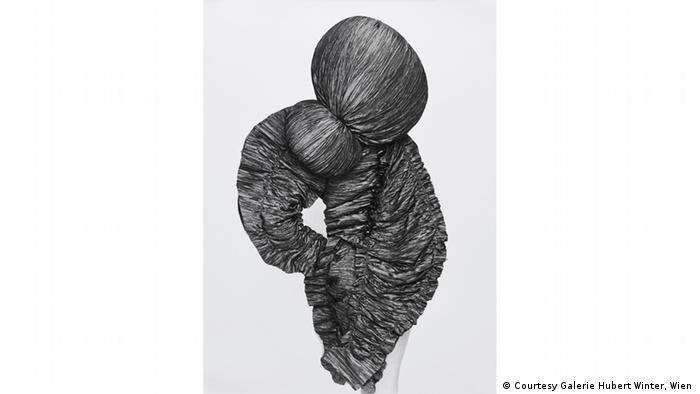 Eine Fotografie zeigt einen gekräuselten Stoff, der den Rücken einer Frau bedeckt. (Courtesy Galerie Hubert Winter, Wien )