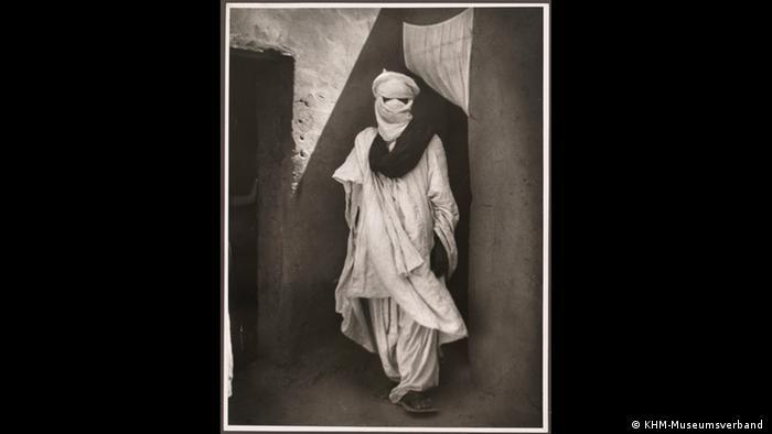 Eine Fotografie zeigt einen Tuareg-Mann mit einem traditionellen Schal, der sein Gesicht bedeckt. (KHM-Museumsverband )