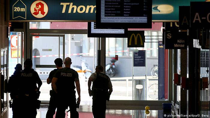 Police outside a pharmacy in Cologne central station were a woman was taken hostage (picture-alliance/dpa/O. Berg)