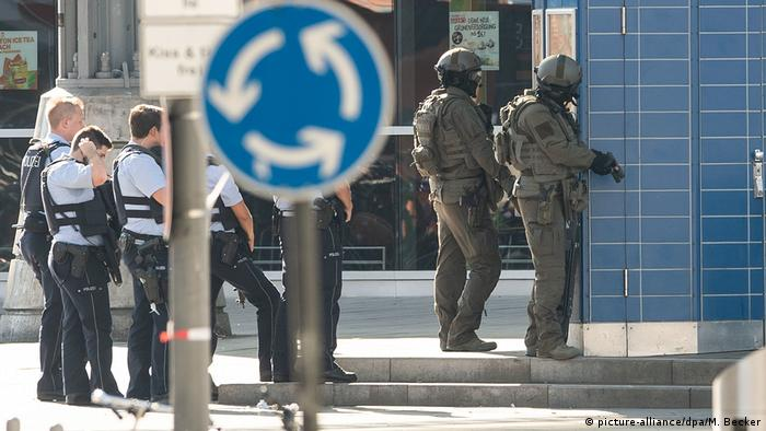 Armed police outside Cologne train station (picture-alliance/dpa/M. Becker)