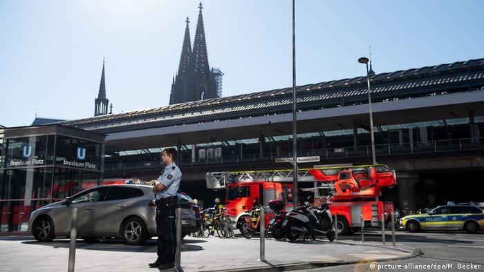Policial diante da estação central de Colônia
