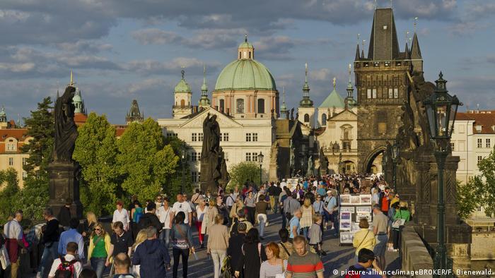 Bildergalerie Zehn Gründe für Tschechien | Touristen auf der historischen Karlsbrücke (picture-alliance/imageBROKER/F. Bienewald)