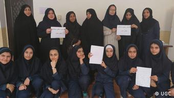 در برخی از مدارس ایران دانش آموزان هم با معلمان خود ابراز همبستگی کردند