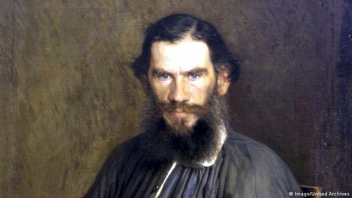 Той минава за титан сред руските писатели. Лев Толстой променя радикално начина си на живот в напреднала възраст. Спира да консумира не само месо, но и алкохол и цигари. Искал е и да мисионерства. Веднъж казал на една своя леля следното: Искаш пилешко? Ние сме ти донесли всичко, за да си го приготвиш сама. И ѝ сервирал жива кокошка и един нож.