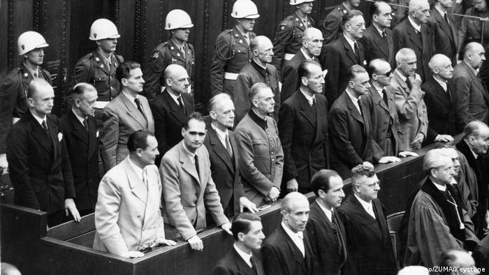 Os líderes nazistas Hermann Göring, Rudolf Hess, Joachim von Ribbentrop, Wilhelm Keitel, Karl Dönitz, Erich Raeder, Baldur von Schirach e Fritz Sauckel durante os Julgamentos de Nurembergue