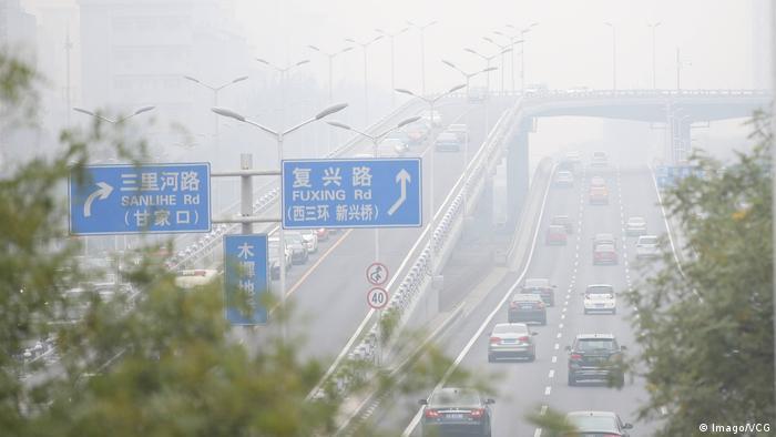 In Chinas Hauptstadt ist Feinstaub das größte Gesundheitsrisiko der chinesischen Stadtbevölkerung. Die dicke Luft gilt als Todesursache für jeden dritten Chinesen in den hochbelasteten Städten wie Peking. Besonders im Winter schließen Fabriken und Baustellen, um die Emissionen zu senken und die Luft zu verbessern. Außerdem werden Flüge gestrichen und die Hälfte aller Fahrzeuge stillgelegt.