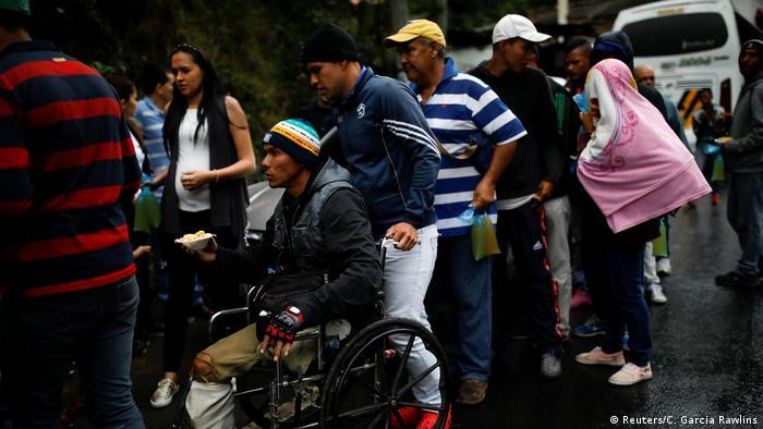 Un grupo de colombianos ha instalado un comedor informal para venezolanos cerca de la frontera.