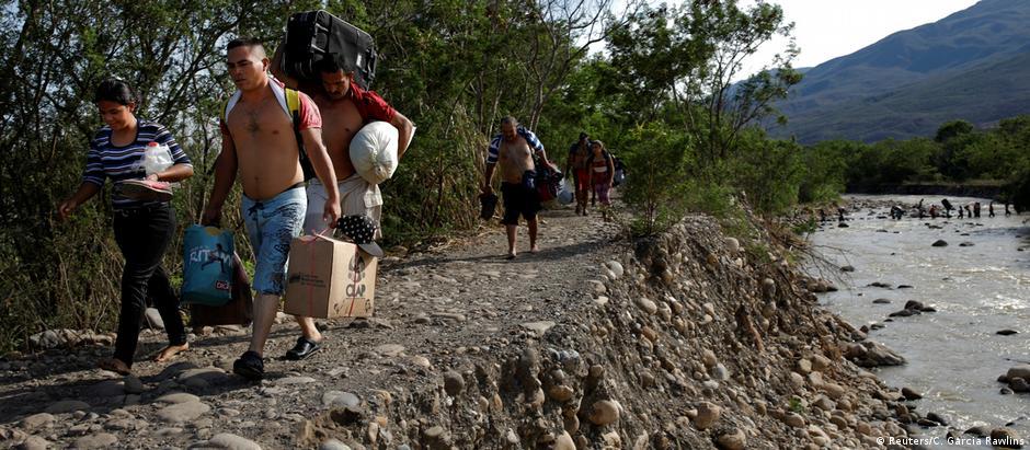 Venezuelanos atravessam fronteira com a Colômbia