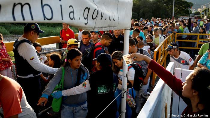 Aunque la frontera estuvo abierta a todos durante mucho tiempo, desde el comienzo de la crisis, ahora sólo los venezolanos con pasaporte pueden entrar legalmente a Colombia. La mayoría lo hace por trochas, como ilegales.