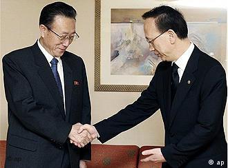Hyun In Taek schüttelt Kim Yang Kon die Hand (Foto: AP)