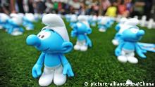 Smurfs stand all over the ground (picture-alliance/dpa/Chuna)