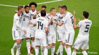 Alemães comemoram o gol de Toni Kroos, que abriu o placar em Paris