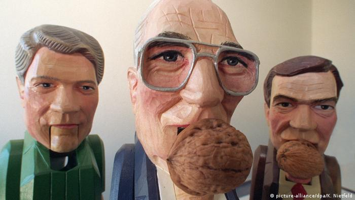 Nutcrackers depicting politicians Bill Clinton, Helmut Kohl and Gerhard Schröder. (picture-alliance/dpa/K. Nietfeld)