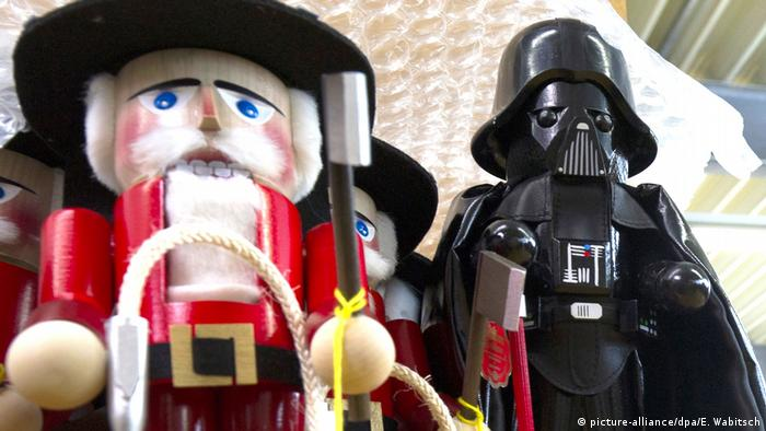 A traditional nutcracker with Darth Vader (picture-alliance/dpa/E. Wabitsch)