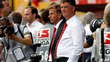 Munich's Louis van Gaal, center, watch prior to the German first division Bundesliga soccer match between Mainz 05 and Bayern Munich in Mainz, Germany, Saturday, Aug. 22, 2009. (AP Photo/ Roberto Pfeil) * EDS notes: German spelling of Munich is Muenchen *** NO MOBILE USE UNTIL 2 HOURS AFTER THE MATCH, WEBSITE USERS ARE OBLIGED TO COMPLY WITH DFL-RESTRICTIONS, SEE INSTRUCTIONS FOR DETAILS **