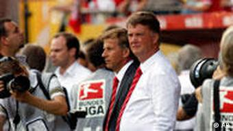 Bayern-Coach Louis van Gaal (mi.): Ist die Bundesliga-Luft doch härter als erwartet? (Quelle: AP Photo/ Roberto Pfeil)