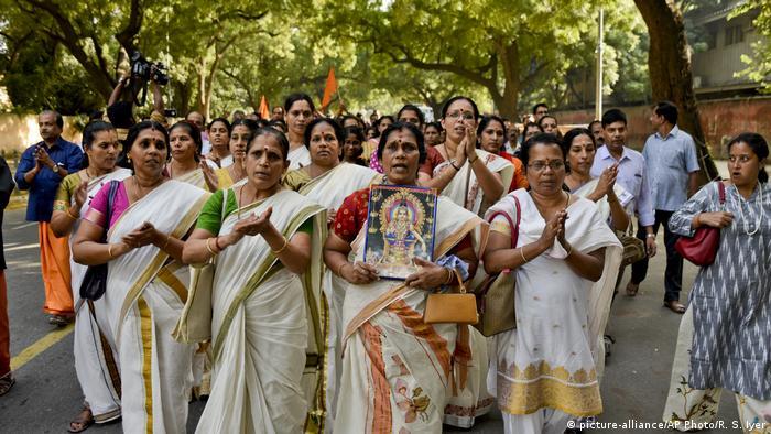 Indien - Proteste gegen Urteil des Obersten Gerichtshof das Frauen im menstruationsalter verbietet den Sabarimala Tempel zu besuchen