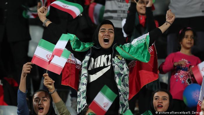 Iran Teheran - iranische Frauen beim Länderspiel Bolivien gegen Iran