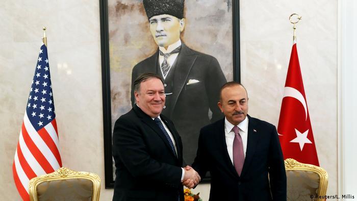 مولود چاووش اوغلو، وزیر امور خارجه ترکیه و همتای آمریکاییاش، مایک پمپئو. آنکارا ۱۷ اکتبر ۲۰۱۸