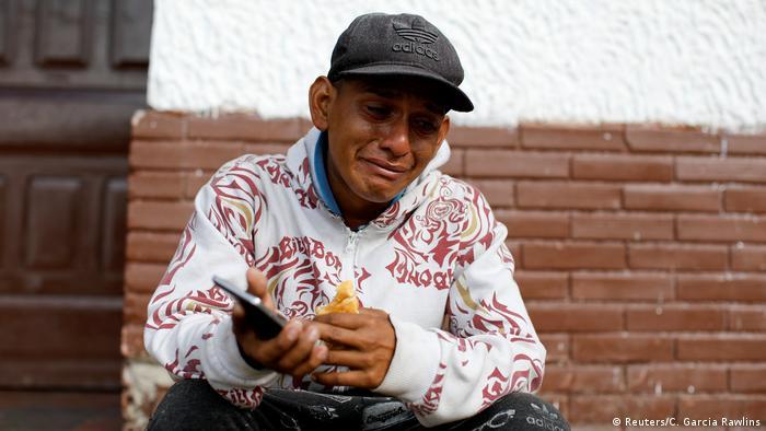 Un mensaje de su madre hace llorar a este migrante.