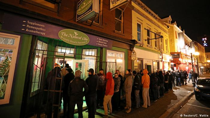 Long lines of customers standing in front of cannabis shops (Reuters/C. Wattie)
