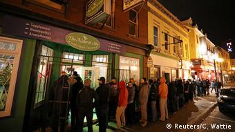 Πελάτες περιμένουν στην ουρά έξω από κατάστημα που πουλάει ινδική κάναβη