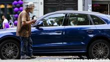 05.08.2018 Ein Obdachloser bettelt an einer Ampel auf dem Hohenzollernring. Köln, 05.08.2018 *** A homeless man begs at a traffic light on the Hohenzollernring Cologne 05 08 2018 Foto:xC.xHardtx/xFuturexImage