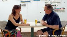 David Cameron sitting with his wife on holiday in Cornwall (picture-alliance/S. Parsons)