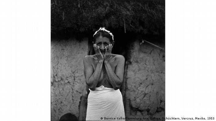 Esta imagen tomada por Bernice Kolko en 1953 en Veracruz, muestra a una mujer que se tapa el pecho y parte de su cara. Se llama timidez.